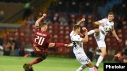 Нападающий сборной Армении по футболу Александр Карапетян забивает гол в ворота сборной Эстонии.