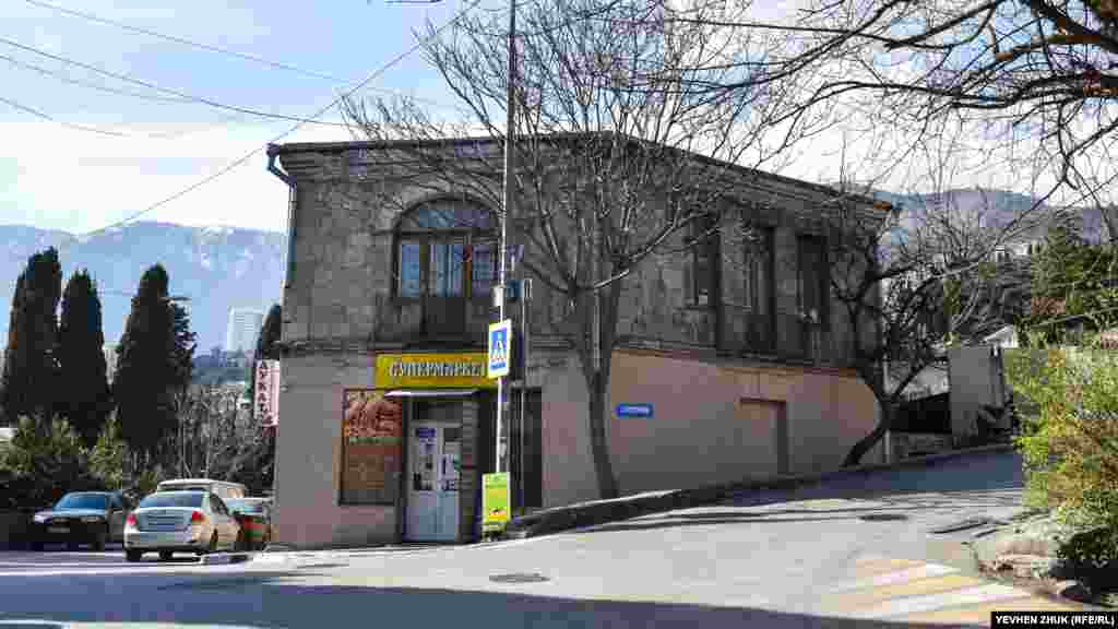 У старому будинку по вулиці Кірова, 65/2 на першому поверсі розташований магазин