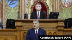 Orbán Viktor miniszterelnök parlamenti felszólalása, 2021, február 15-én. Mögötte Kövér László házelnök.