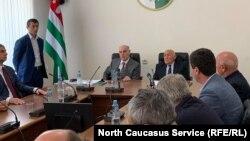 Глава Абхазии Аслан Бжания на встрече с депутатами