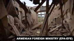 Pamje nga një shtëpi e shkatërruar në Nagorno-Karabak, si pasojë e luftimeve.