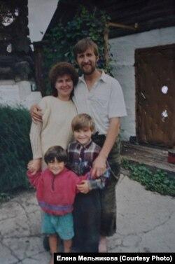 """Елена с мужем и детьми в общине """"виссарионовцев"""""""