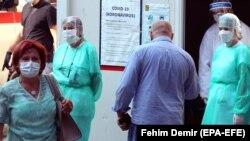 Medicinsko osoblje ispred bolnice u Sarajevu