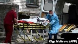 Медики в Санкт-Петербурге везут пациента с COVID-19 в больницу. Иллюстративное фото.