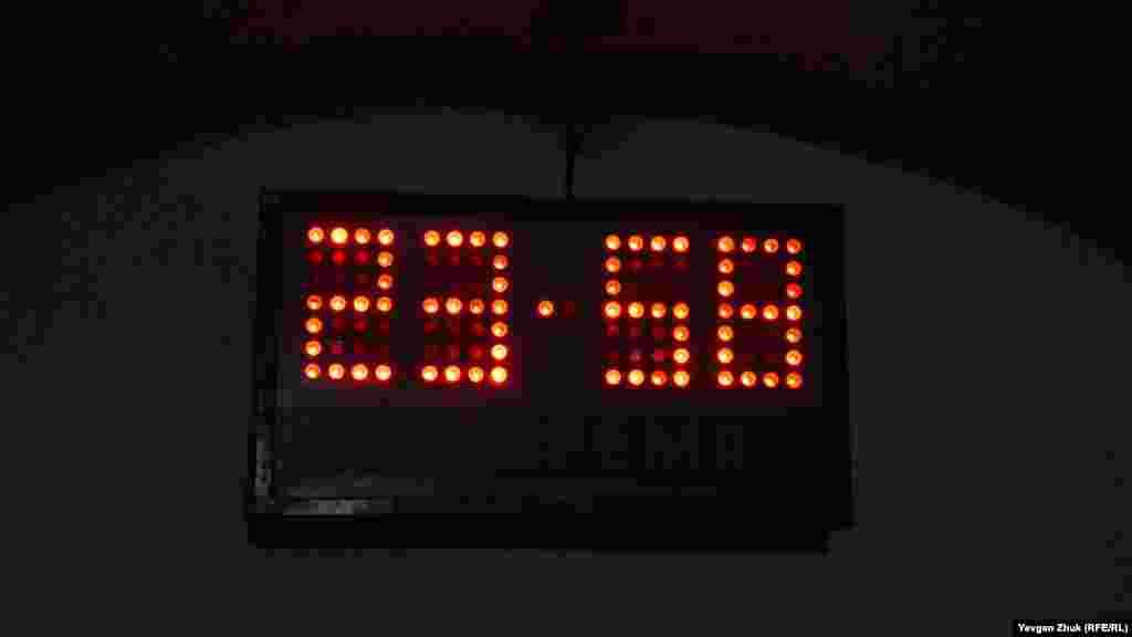 В конце потерны висят «часы судного дня». Сейчас они показывают условное время 23:58, то есть две минуты до ядерной катастрофы. «Заведены» часы были в 1947 году создателями первой американской атомной бомбы. Решение о переводе стрелок принимает совет директоров журнала Чикагского университета «Бюллетень ученых-атомщиков» при помощи приглашенных экспертов, среди которых, в частности, 18 лауреатов Нобелевской премии