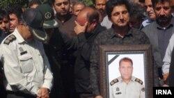 عکس حسن ملکی در دست نزدیکان او در مراسم تشییع جنازهاش