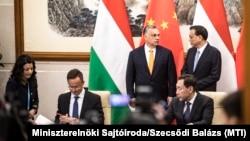 Szijjártó Péter külügyminiszter, Orbán Viktor miniszterelnök, és Li Ko-csiang kínai miniszterelnök kétoldalú tárgyalásukon Pekingben 2019. április 25-én