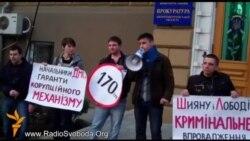 Активісти Дніпропетровська вимагали видавати закордонні паспорти по 170 грн
