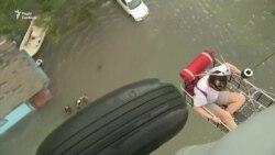 Евакуація жителів Техасу продовжується внаслідок руйнівної повені (відео)