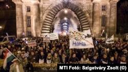 Tüntetés az alaptörvény negyedik módosítása ellen Budapesten 2013-ban