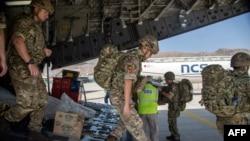 Британ күчтөрү эвакуациялоо жараянына жардам берүү үчүн Кабулга учуп келишти, 15-август 2021-жыл.
