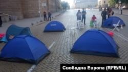 Шатори во центарот на Софја на учесниците на антивладините протести