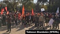 Митинг у здания театра в Бишкеке. 5 октября 2020 года.