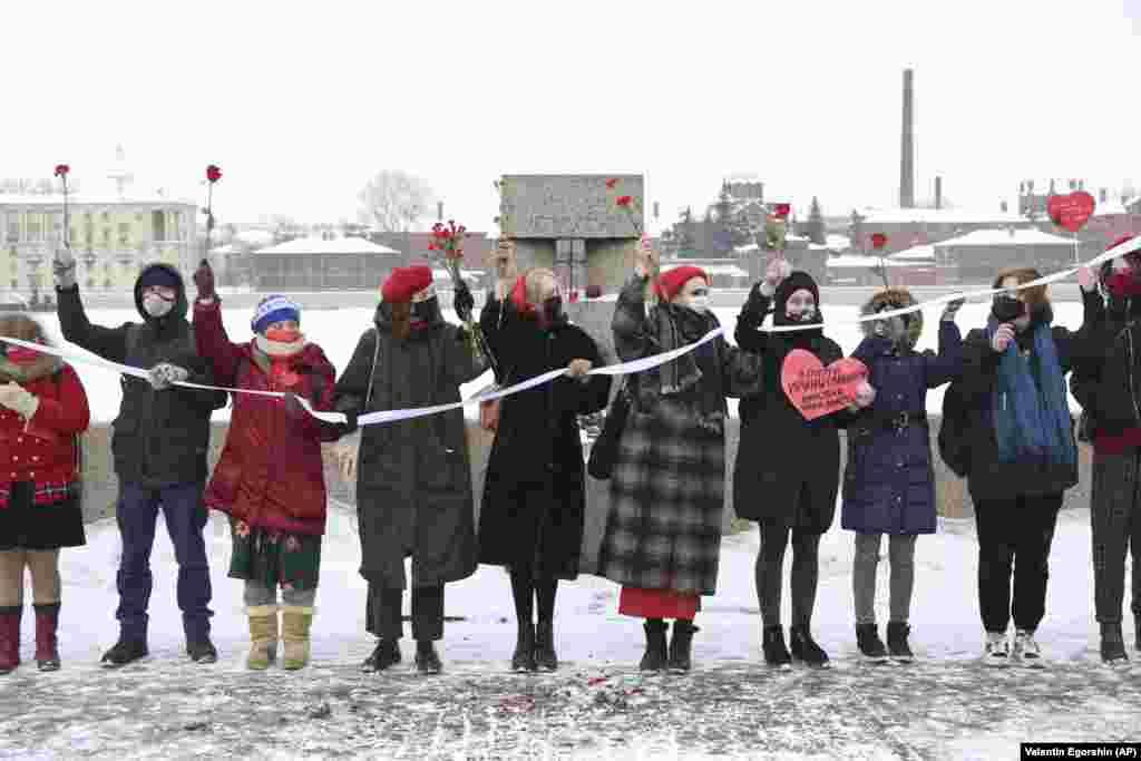 Femei la un miting în Sankt Petersburg, pe 14 februarie, în sprijinul lui Navalnîi și al soției sale.