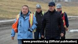 Президент Садыр Жапаров и внешний управляющий Тенгиз Болтурук на руднике «Кумтор». 15 июня 2021 года.