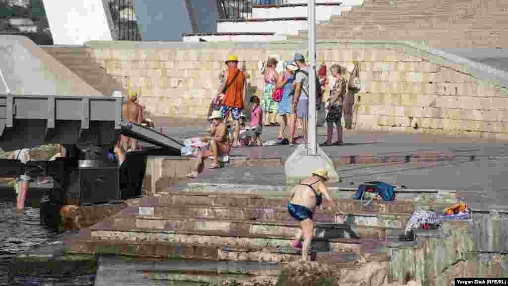 У Памятника затопленным кораблям традиционно купаются севастопольские пенсионеры, живущие в центре города