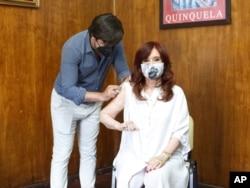 """Вице-президент Аргентины Кристина Фернандес де Киршнер делает прививку """"Спутником V"""", 24 января 2021 года"""