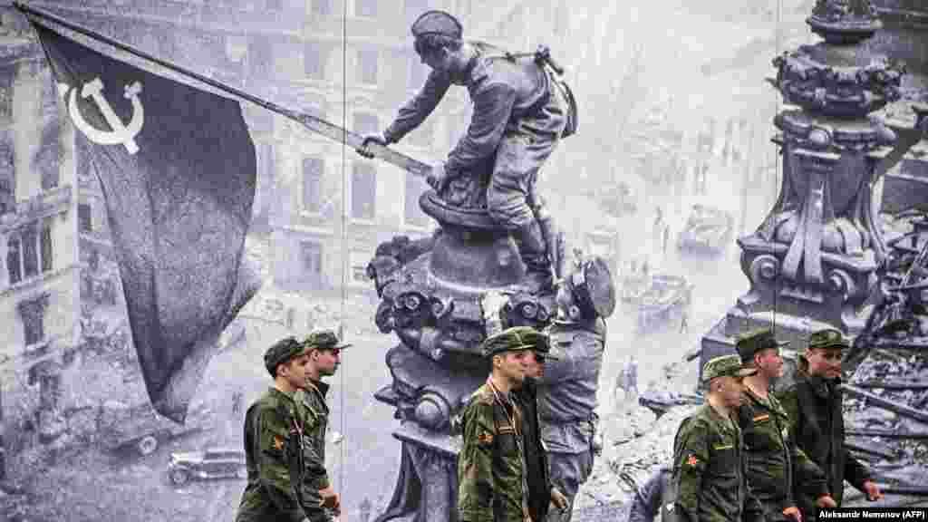 Pripadnici ruske vojske prolaze pored ukrasa na Crvenom trgu u Moskvi uoči 76. godišnjice pobjede nad nacističkom Njemačkom tokom Drugog svjetskog rata. (AFP/Alexander Nemenov)