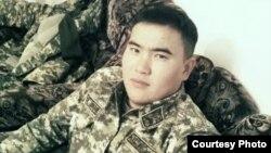 Әлібек Ағыбаевтың әскери қызметте жүрген кезде түскен суреті. Отбасы архивіндегі фото.