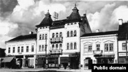 Piața Mihai Viteazul din centrul orașului Turda, în perioada interbelică. Vedere.