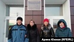 Свидетели Иеговы у здания суда в Омске