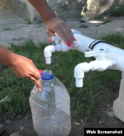 Невдала спроба набрати воду з бочки. Скріншот відео, Сімферополь, вересень 2020