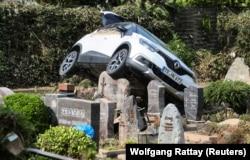 O mașină a rămas în cimitirul din Dernau, Germania, după retragerea apelor.