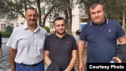 Tofiq Yaqublu (solda) məhkəmədən sonra