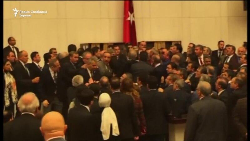 Тепачка во турскиот парламент во дебатата за уставните измени
