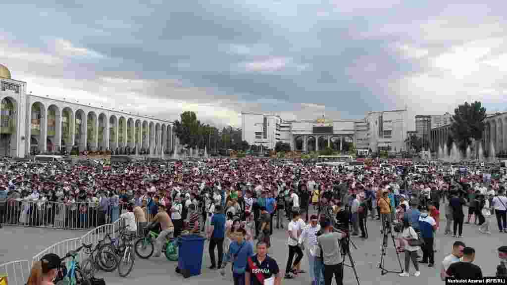 Бишкектеги борбордук аянтта, бир катар шаарларда чоң экрандар орнотулуп, күйөрмандар кыргызстандык балбандарды сүрөөнгө алып турду.