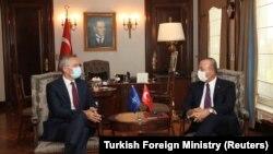 Ministrul turc de Externe Mevlut Cavusoglu discută cu secretarul general NATO Jens Stoltenberg în Ankara, 5 octombrie 2020