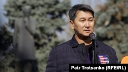 Журналист Лұқпан Ахмедияров митингіде сөйлеп тұр. Алматы, 31 қазан 2020 жыл.