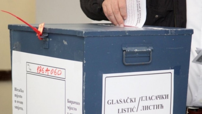 Izborni plakati srpskih stranaka i Mladena Grujičića, kandidata za opštinskog načelnika, Srebrenica, februar 2021