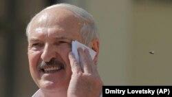 Белорускиот претседател Александар Лукашенко го брише лицето додека им се обраќа на своите приврзаници собрани на во Минск, 16 август 2020 година