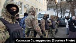 Российские силовики оцепили здание подконтрольного России Киевского районного суда, где проходит процесс над задержанными. Симферополь, 17 февраля 2021 года
