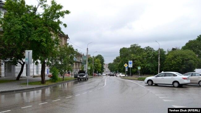 Улица Генерала Петрова выходит на площадь Адмирала Лазарева, расположенную на Центральном городском кольце, Севастополь
