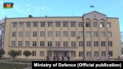 Стопкадр із відеосюжету Міністерства оборони Азербайджану, 9 листопада 2020 року: азербайджанський прапор над будівлею мерії Шуші