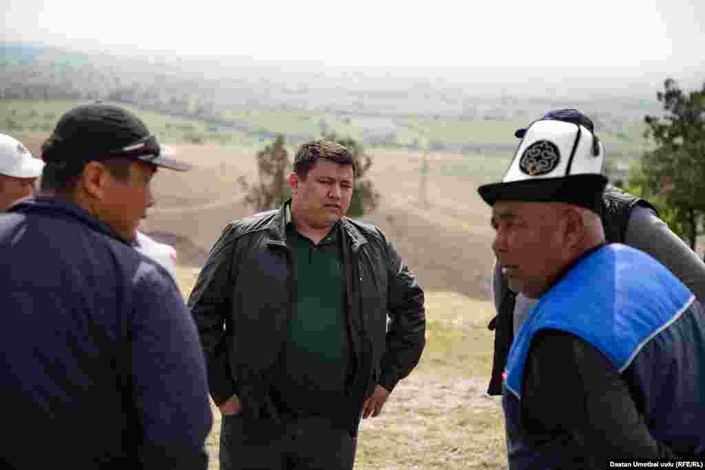 Эл чогулган жерге келген Савай айыл өкмөтүнүн башчысы Абдусамат Абдуллаев журналисттерге комментарий берүүдөн баш тартты.