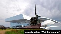 Візуалізація, як виглядатиме театр опери та балету від компанії Coop Himmelb(l)au поруч із пам'ятником «Солдату та матросу» в Севастополі