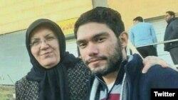 علی نوریزاد در کنار مادرش، فاطمه ملکی