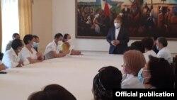 Встреча посла КР в РФ Аликбека Джекшенкулова с кыргызстанскими медиками, работающими в России. 10 июля 2020 г.