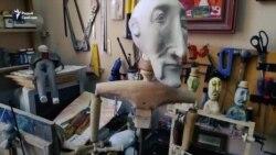 Тэатральны лялечнік паказвае сваю майстэрню