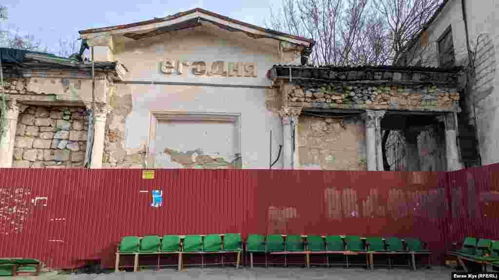 На стіні поруч з головним входом колись розміщували афіші кінофільмів. Перед огорожею стоять крісла з фойє