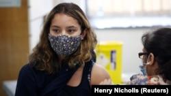 Një grua merr një dozë të vaksinës Pfizer/BioNTech në një qendër vaksinimi në Londër, Britani e Madhe, 6 qershor 2021.