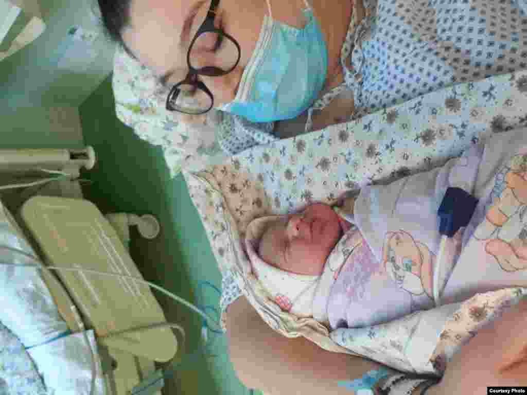 """""""Különösen féltem attól, hogy ha elkapnám a vírust elválasztanának a kisbabámtól"""" - mesélte Carmen Ciocan arról, hogy milyen érzés volt egy válsághelyzetben szülni."""