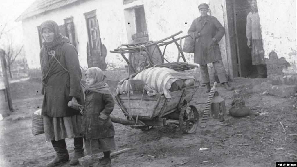 Раскулаченная семья возле своего дома. Иллюстративное фото