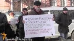 Австрійський посол вийшов до мітингувальників, німецький – ні