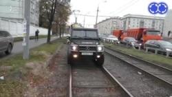 Moskvada tıxac. Maşınlar tramvay yolunda
