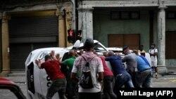 Перакулены пратэстоўцамі паліцэйскі аўтамабіль на Кубе