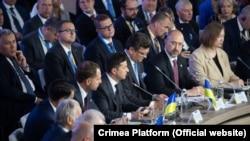 Виступ президента України Володимира Зеленського (в центрі) на саміті «Кримська платформа», 23 серпня 2021 року